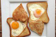 تخم مرغ با نان تست