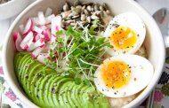 صبحانه جو دو سر با تخم مرغ و آووکادو