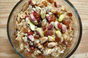 طرز تهیه صبحانه جو دو سر با پسته و میوه های خشک