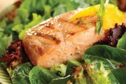 ماهی سالمون با کینوا پرک همراه با سس مخصوص