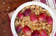 صبحانه جو دو سر با کره بادام زمینی و انگور قرمز