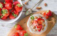 دسر کینوا، توت فرنگی و شیر نارگیل