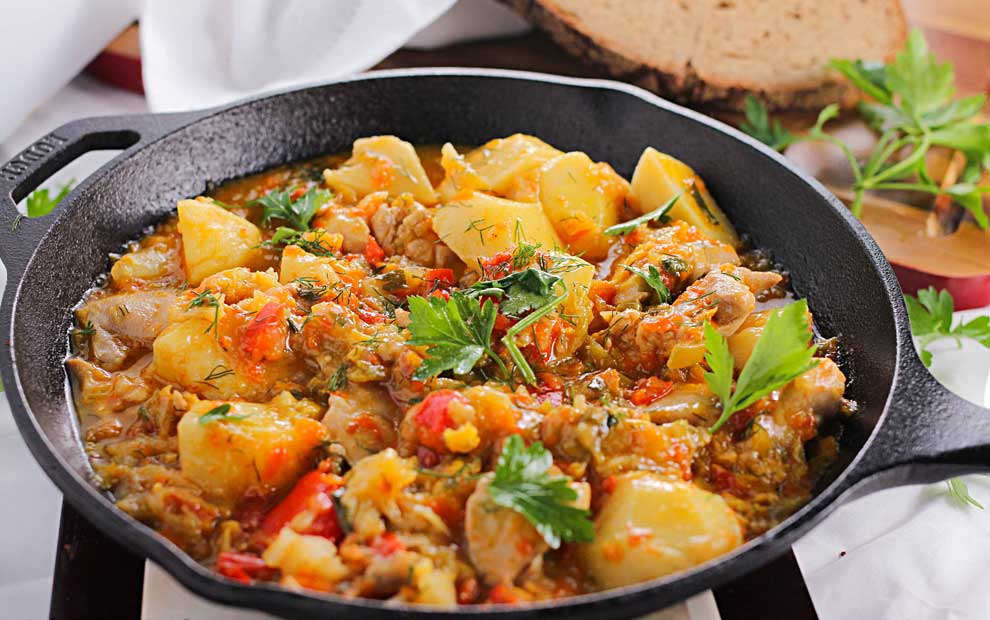 خورش مرغ و سبزیجات به همراه بادام